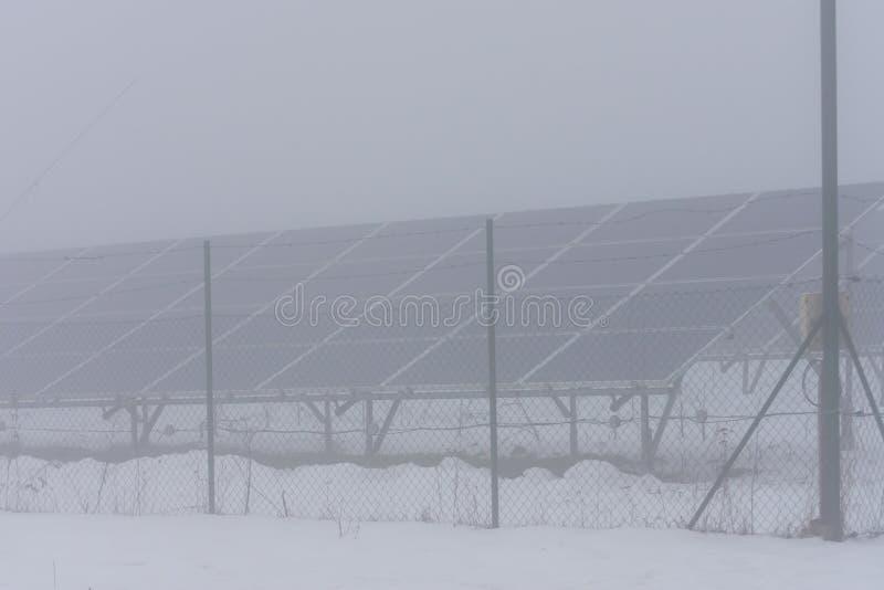 Зимнее время и солнечные коллекторы в тумане стоковое фото