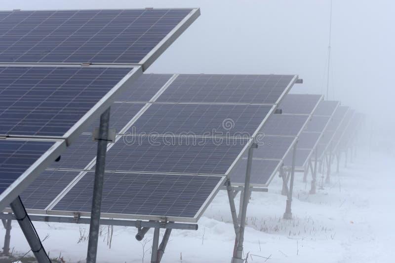 Зимнее время и солнечные коллекторы в тумане стоковая фотография