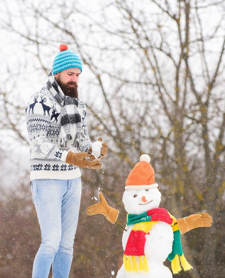 Зимний грипп зимний отдых на свежем воздухе теплый свитер в холодную погоду мужчина играет с снегом активность в зимний сезон сво стоковые фотографии rf