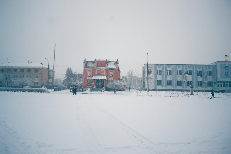 Зимний день в снежности в городке стоковые фото