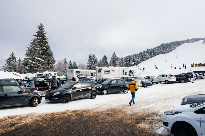Зимний день при наклон снега и лыжи увиденный от стояночной площадки с k стоковые фото