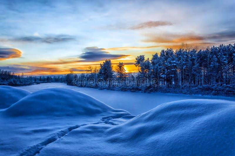 Зимний пейзаж Вечерние сумерки В глубоком сноудрифе тропа протекает стоковые фотографии rf