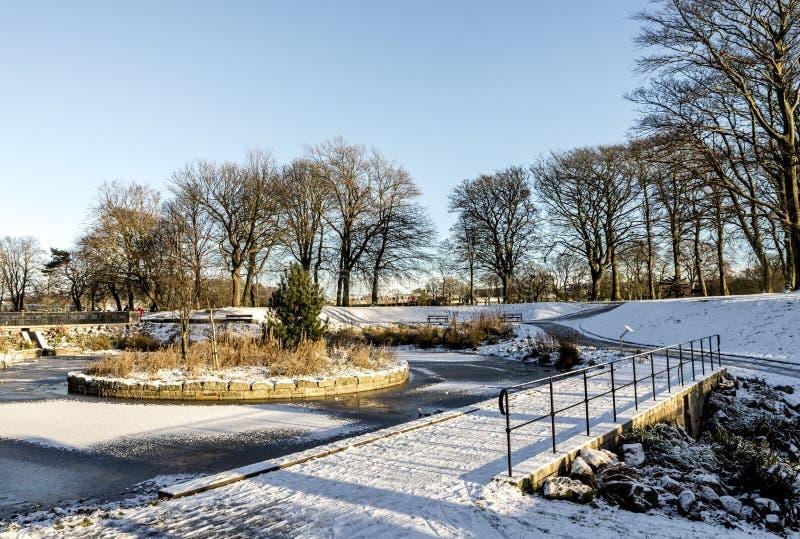 Зимний сезон в парке Дутхи, покрытом снегом с замороженными озерами, Абердин, Шотландия стоковые изображения