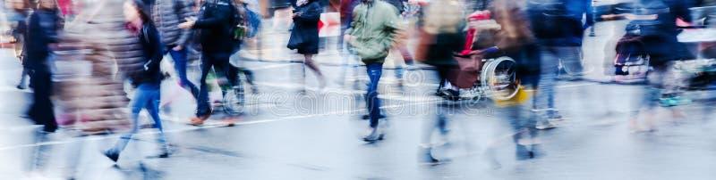 Зимняя сцена улицы в городе при люди пересекая улицу стоковая фотография rf