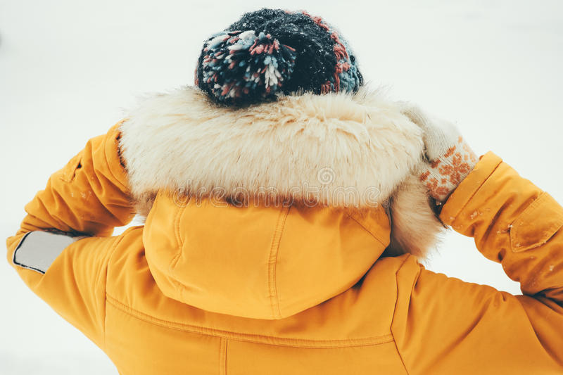 Зимы женщины клобук меха самостоятельно внешний нося стоковые фото