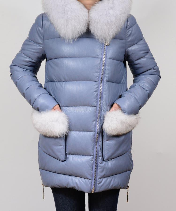 Зимы куртка вниз при воротник лисы изолированный на серой предпосылке Кожи куртка вниз на модели без стороны outerwear вниз куртк стоковые фотографии rf