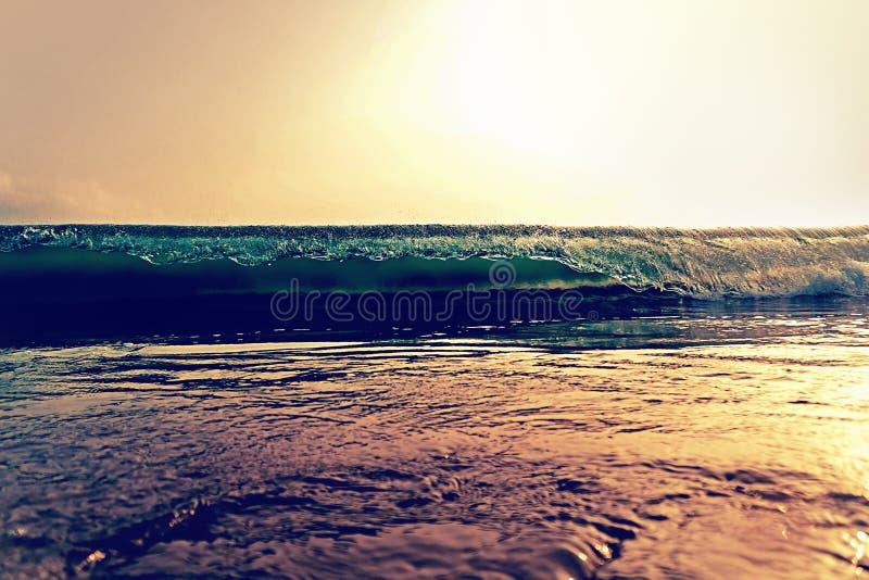 Зловещая океанская волна стоковые изображения rf