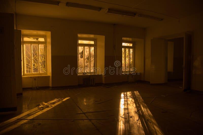 Зловещий и страшный интерьер покинутой и тухлой больницы стоковое фото rf
