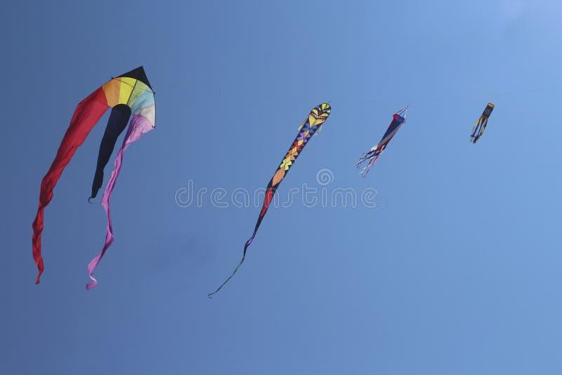 Download Змеи красочные 4 летая высоко Стоковое Фото - изображение насчитывающей ветер, высоко: 33731878