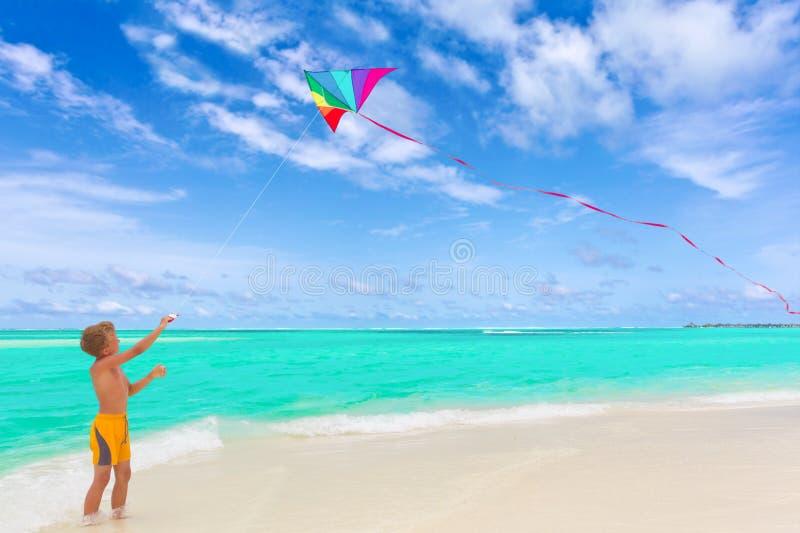змей летания мальчика пляжа стоковая фотография rf