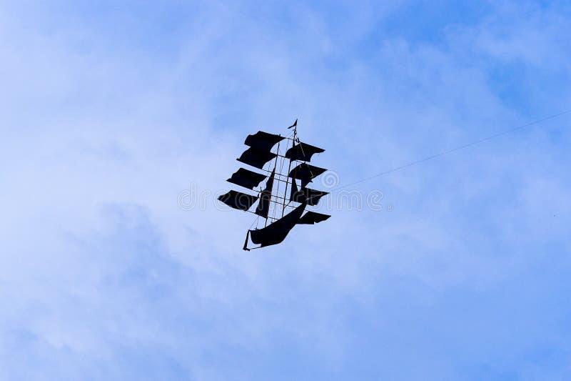Змей на голубом небе выглядеть как корабль стоковое изображение