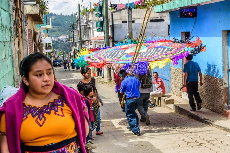Змей нося в улице на весь день Святых, Сантьяго Sacatepequez стоковые фото