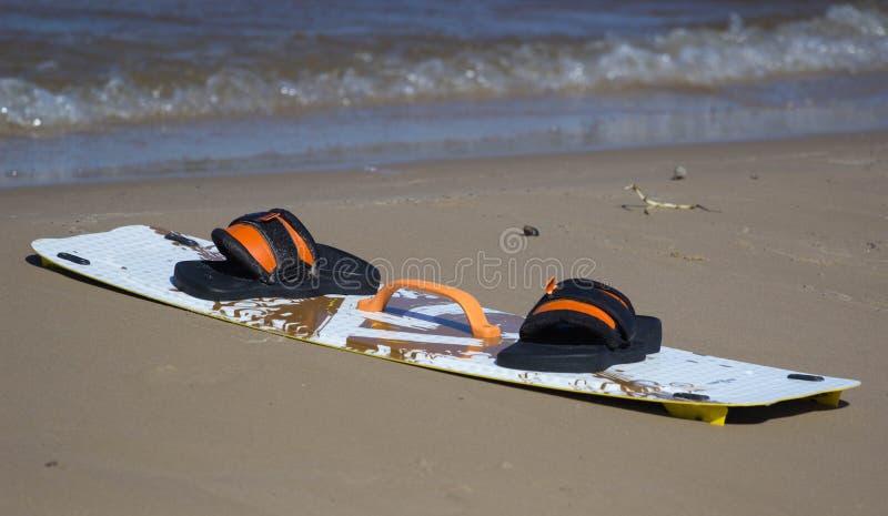 Download Змей доски на пляже стоковое изображение. изображение насчитывающей песок - 52670443