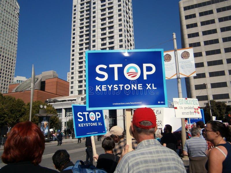Знаки владением протестующих большие говоря 'KEYSTONE XL СТОПА' на Говарде стоковые изображения
