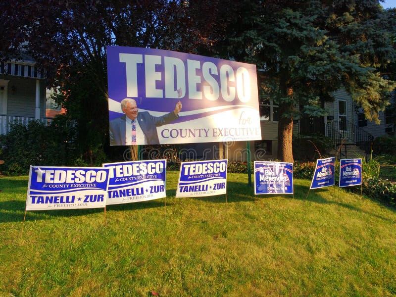 Знаки двора, знаки лужайки визируя американские политические кандидаты, резерфорд, NJ, США стоковые фото