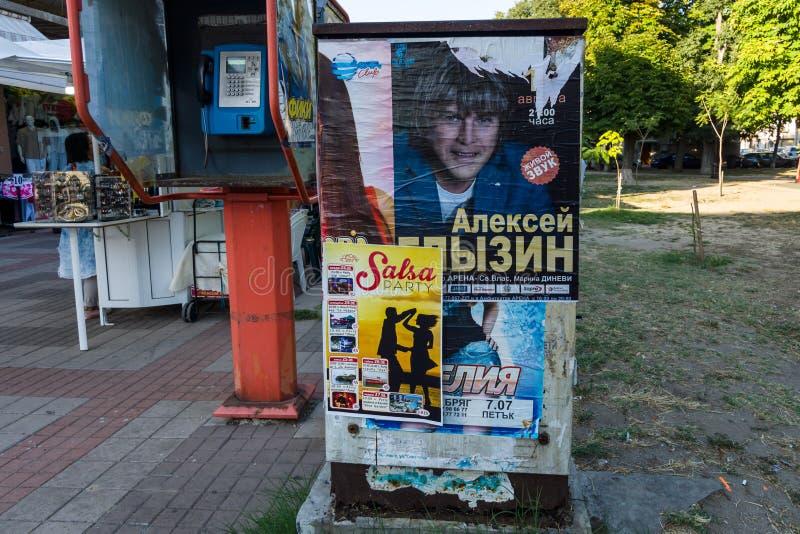 Знаки и объявления рекламы на центральной улице в старой части городка взморья Pomorie - Knyaz Бориса i стоковые изображения rf