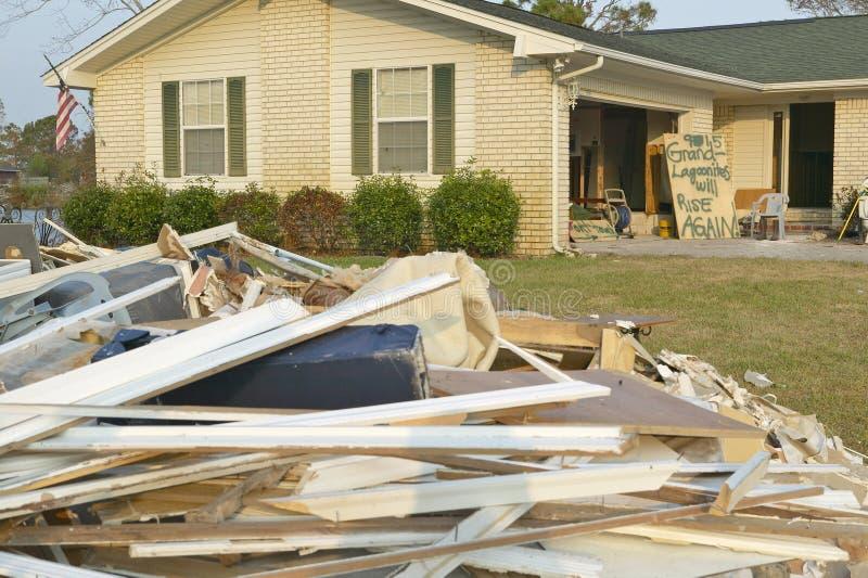 Знаки и твердые частицы перед домом тяжело ударили ураганом Иваном в Pensacola Флориде стоковые фото