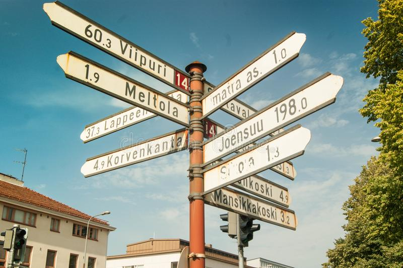Знаки лета, указатель, улица лета Направление дороги стоковая фотография rf