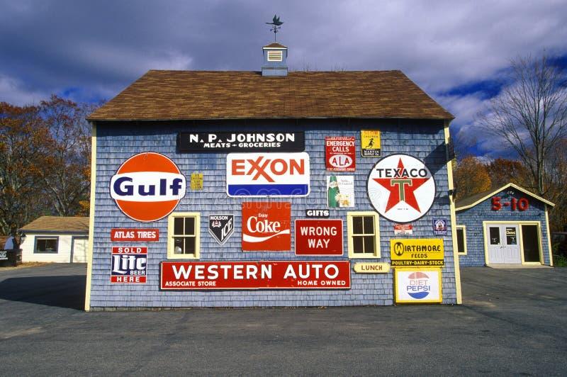 Знаки на стороне станции газа и обслуживания, Orland, МЕНЯ стоковое изображение rf