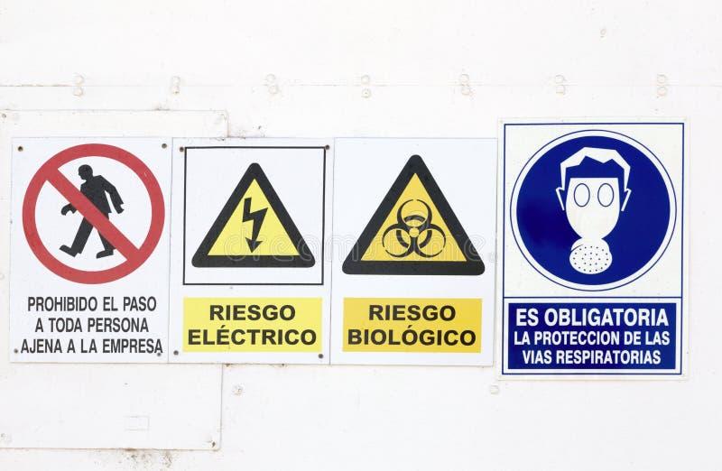 Знаки опасности и опасности стоковые изображения