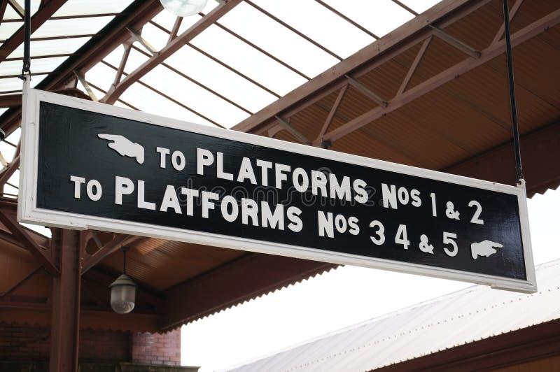 Знаки платформы, причаливают железнодорожный вокзал улицы стоковые фотографии rf