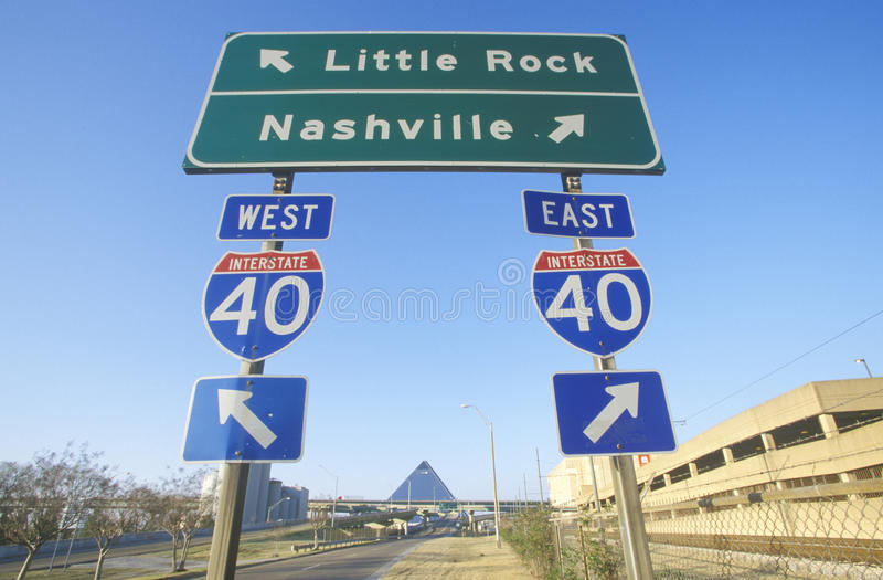 Знаки скоростного шоссе севера и юга национальной дороги 75 к Нашвиллу или меньшему утесу стоковое фото rf