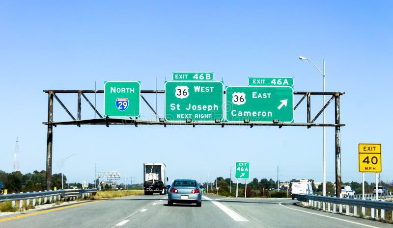 Знаки скоростного шоссе сразу водители к St Joseph в Buchanan County стоковые фотографии rf