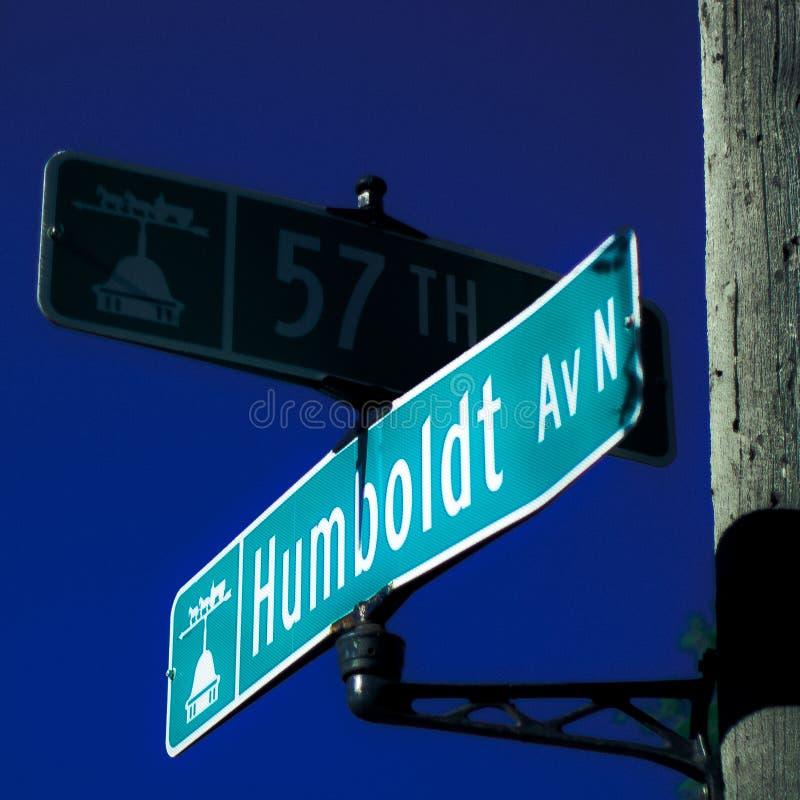 Знаки улицы Миннеаполиса Минесоты 57th и улицы бульвара Гумбольдта на Норт-Сайд стоковое фото