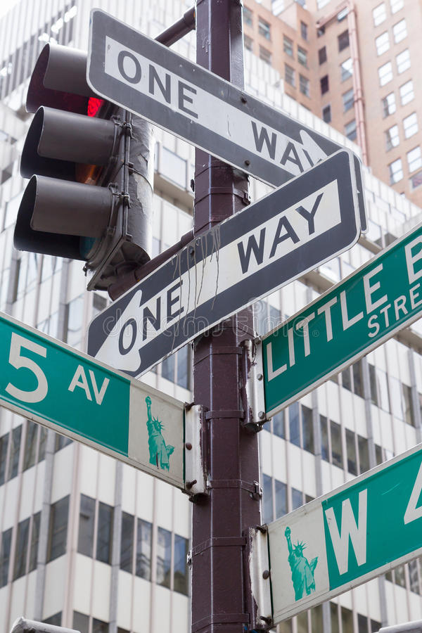 Знаки улицы для Пятого авеню в Нью-Йорке стоковые изображения rf
