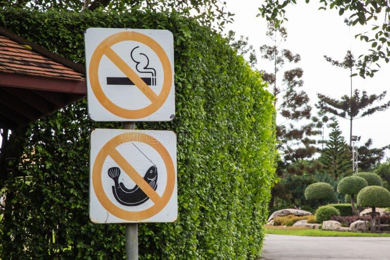 Знаки для некурящих и отсутствие рыбная ловля стоковое изображение