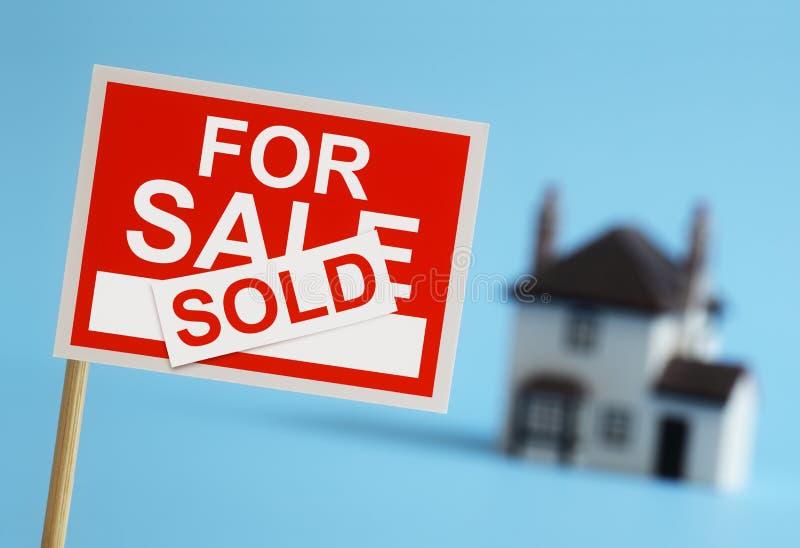 Знак агента недвижимости для продажи стоковая фотография