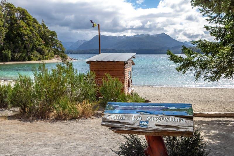 Знак ангостуры Ла виллы на заливе Бахи Brava на озере Nahuel Huapi - ангостуре Ла виллы, Патагонии, Аргентине стоковая фотография