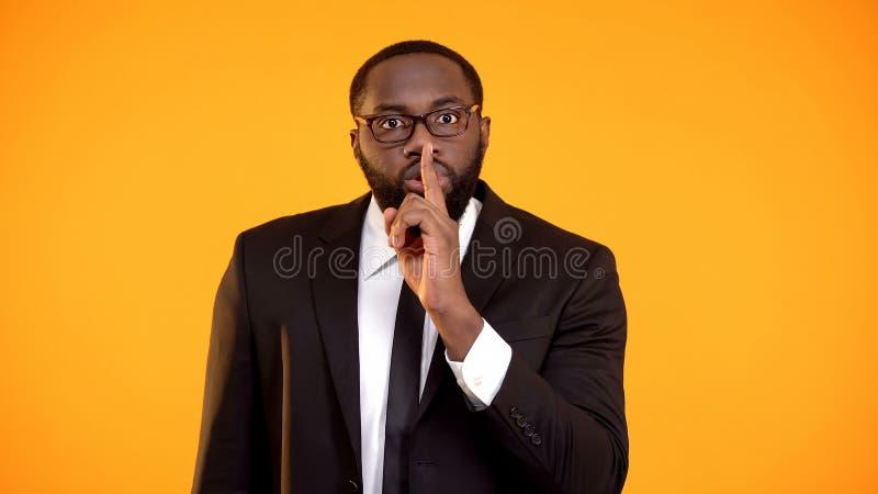 Знак Афро-американского показа менеджера тихий, сплетни, личное разоблачение данных стоковое фото
