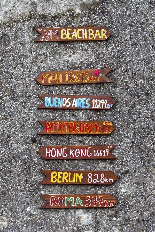 Знак бара пляжа на стене брошенной камешком стоковая фотография rf