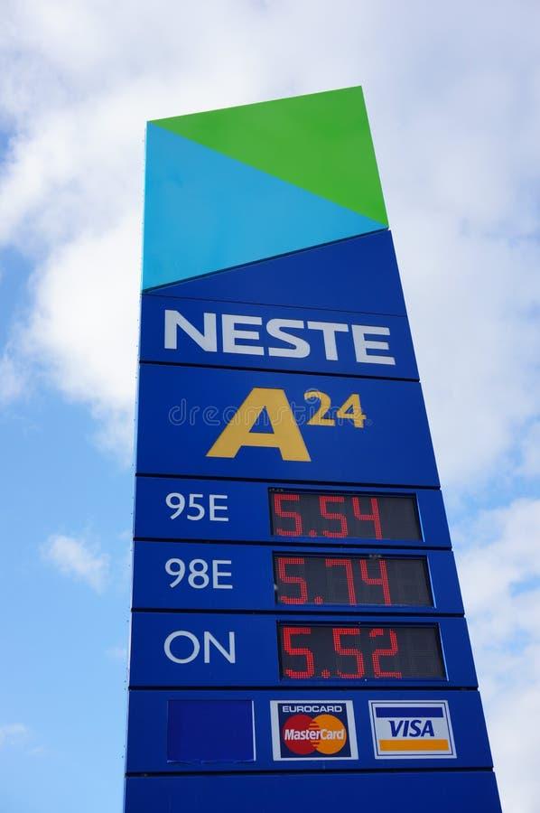 Знак бензоколонки Neste стоковая фотография rf