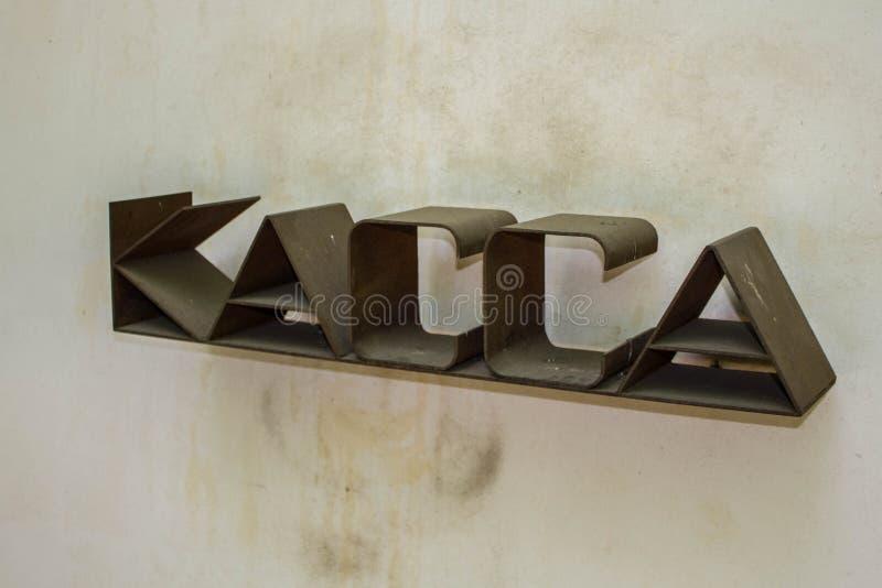 Знак Брауна ржавый на кассире на предпосылке ярких стен Наличные деньги на стене стоковое фото rf