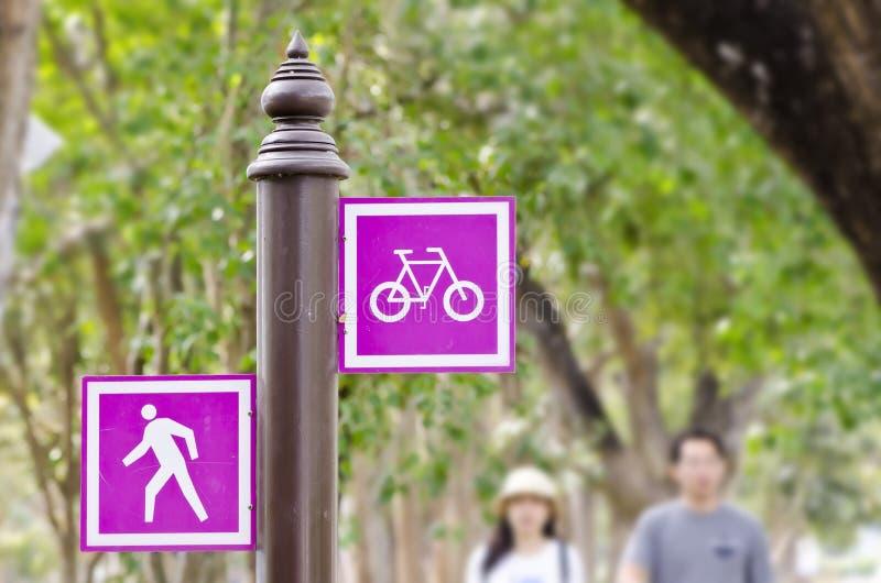 Знак велосипеда и пешехода стоковые фотографии rf