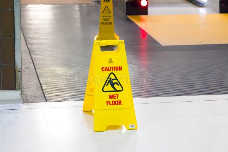 Бирмингем Великобритания - 03 03 19: Знак влажного пола желтый на вокзале Бирмингема международном стоковые фотографии rf