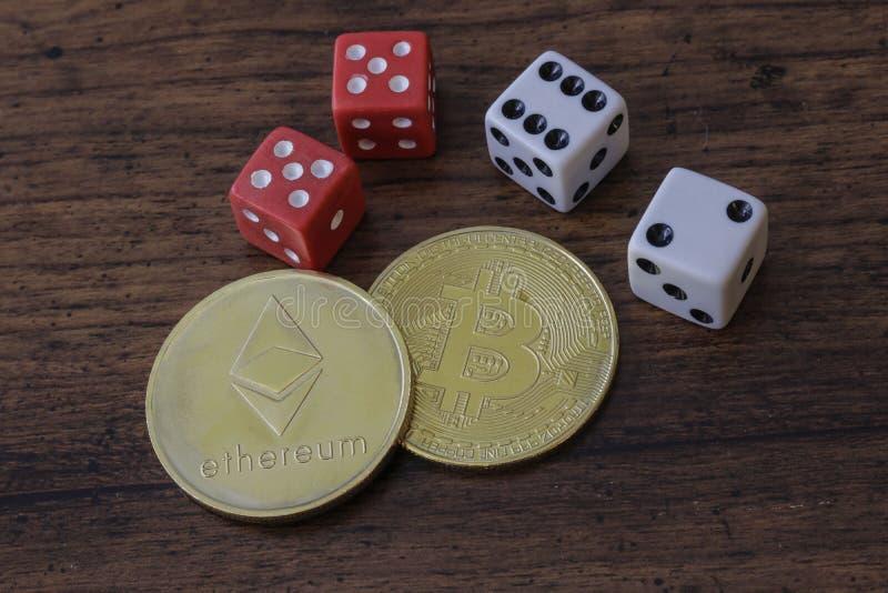 Знак внимания Bitcoin и Etherium с костью стоковая фотография rf