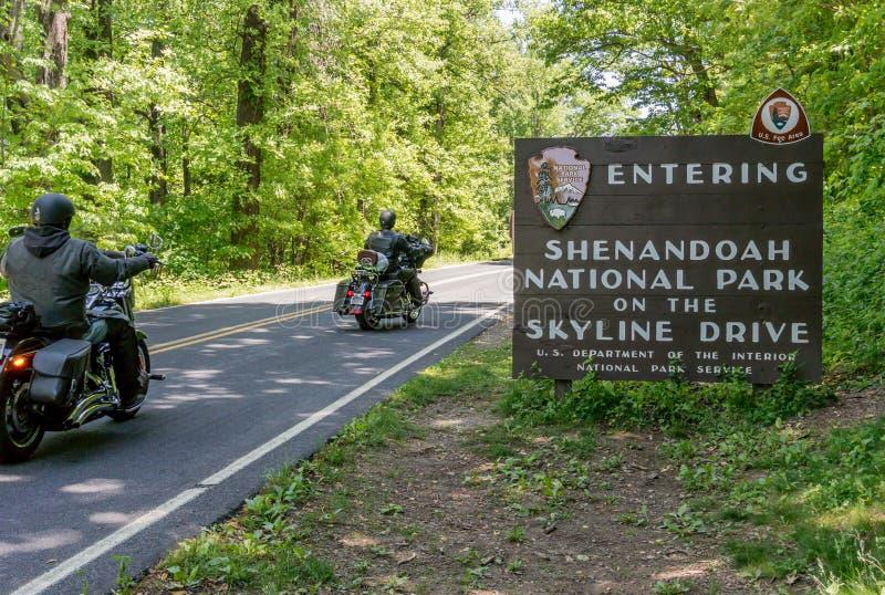 Знак входа Shenandoah с мотоциклами стоковое изображение rf