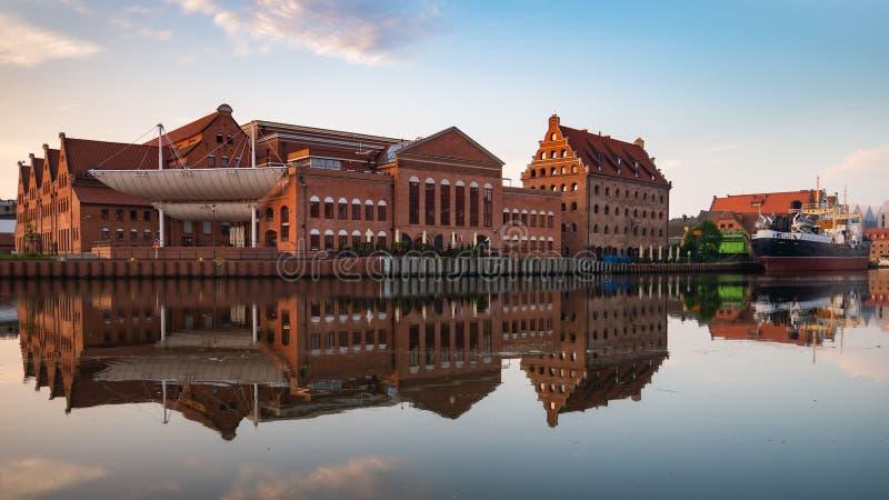 Знак Гданьск и прибалтийское филармоническое на восходе солнца стоковое фото