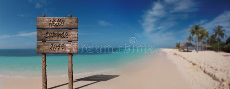 Знак деревянной доски лета с текстом, здравствуйте лето 2019 на острове красивого песчаного пляжа тропическом стоковое изображение rf