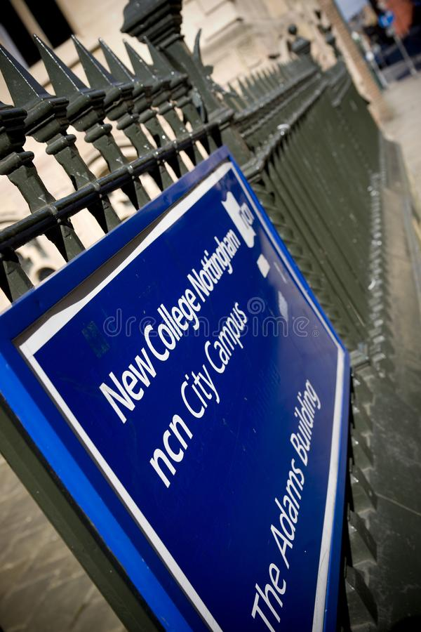 Знак для здания Адамса, новый кампус города Ноттингема коллежа, Ноттингемшир, Великобритания - 30-ое августа 2010 стоковые изображения