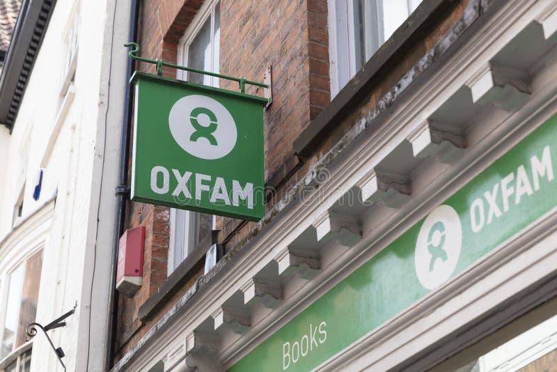 Знак для магазина призрения Oxfam в Йорке, Йоркшире, Великобритании - 4-ом Augu стоковая фотография rf