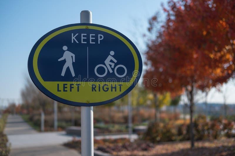 Знак для пешеходов и велосипедистов в парке стоковые изображения rf