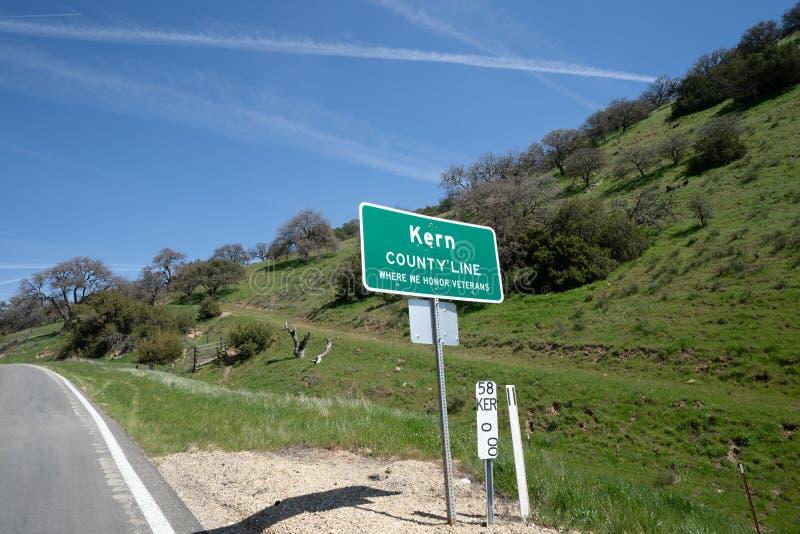Знак для Kern County Калифорния вдоль шоссе 58 на солнечный день стоковая фотография