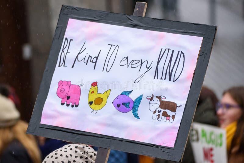 """Знак - добросердечный к каждому виду, во время """"марта для животных в Риге, Латвия стоковое фото"""