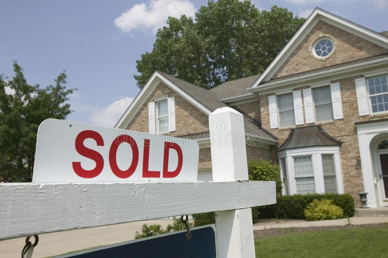 знак дома продал стоковое изображение