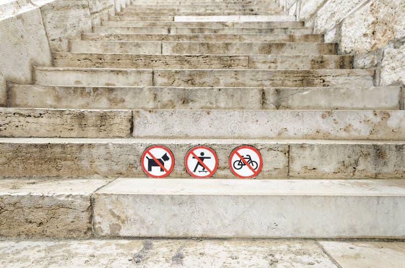 Знак запрещает собак проходит, перемещение на велосипеде и скейтборд стоковое изображение