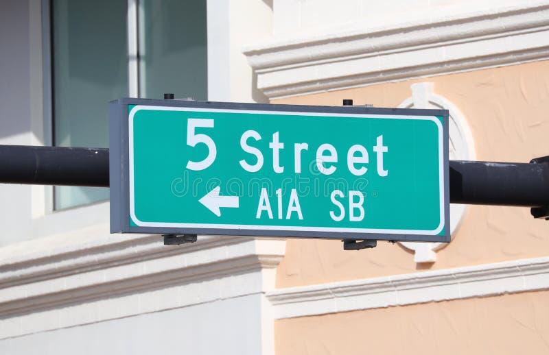знак зеленого цвета 5 улиц на Miami Beach Флориде США стоковое изображение